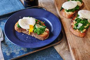 garlicky-broccoli-rabe-toast-poached-egg-andyboy